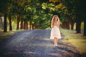 tyttö pihatiellä, kukkia kädessä - unelmissaan