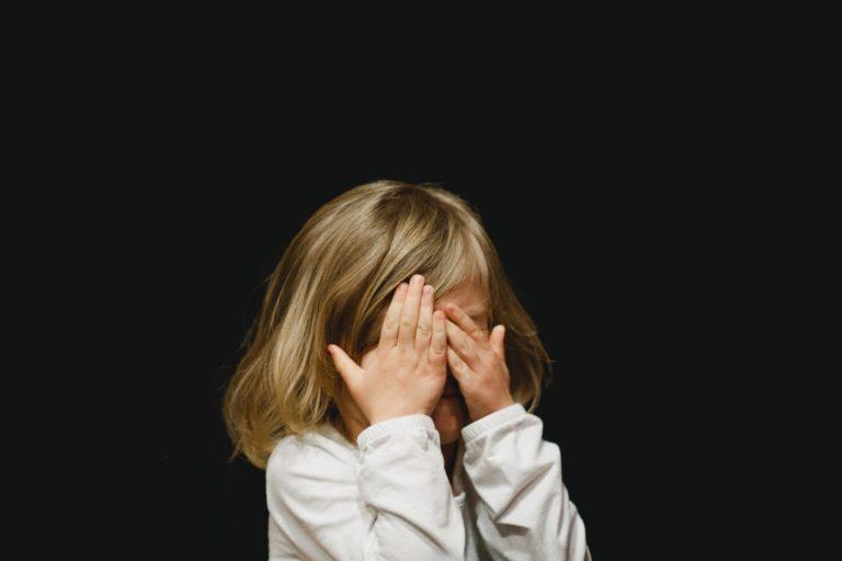 sisäinen lapsi piiloutuu ja suojautuu