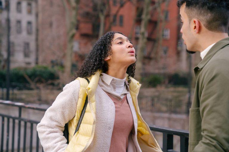 nainen yrittää saada miehen ymmärtämään