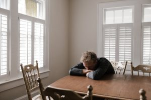 ahdistunut yksinäinen mies miettii syntyjä syviä